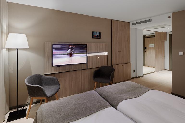 Hotellrum mot korridor
